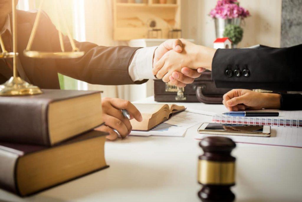 مقررات شکایت از وکیل چگونه است و با استفاده از چه روش هایی می توانیم از وکیل متخلف شکایت نماییم؟