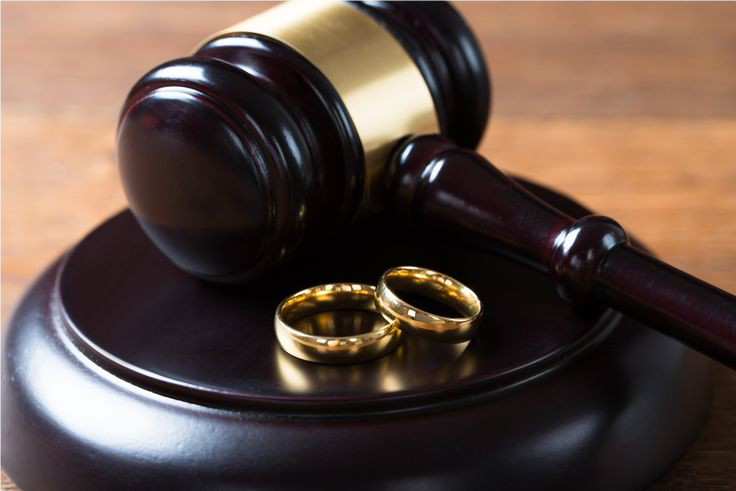 افراد برای گرفتن حق قانونی خود به دادگاه ها مراجعه میکنند
